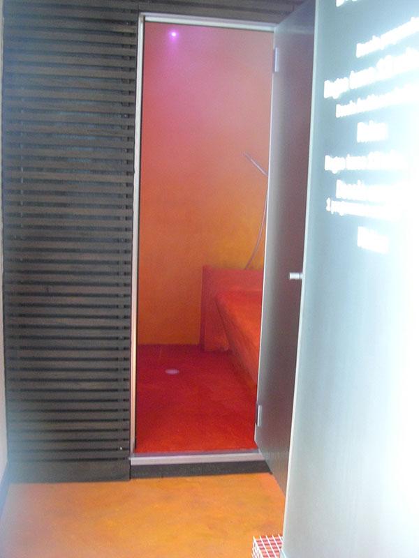 il bagno turco dimensionato per accogliere comodamente 4 persone ha un generatore di vapore e una centralina per la gestione della temperatura e